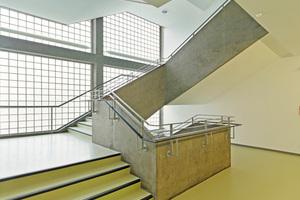 Das Haupttreppenhaus mit seinen schlanken, durchgefärbten Ortbetonbrüstungen verkörpert auch nach der Sanierung noch immer das Flair der 1950er Jahre Fotos: Jörg Hempel