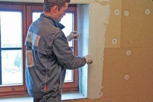 An Kanten und Fensterlaibungen werden Eckschutzschienen befestigt<br />