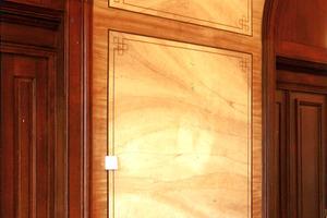 Aufgeteilte Wandflächen, Holz- und Marmorimitation mit dargestellten Fugen<br />