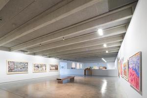 In den Ausstellungsräumen in der ehemaligen Brauereihalle in Ottobeuren sorgen Holzwolle-Akustikplatten für eine angenehme Akustik