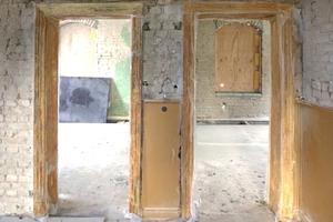 Stehen gebliebenen Innenwand in der weitgehend entkernten Villa im Erdgeschoss