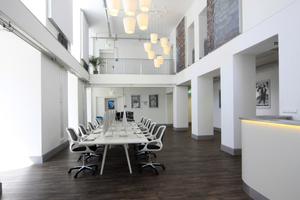 Repräsentativ wird die Eingangshalle des SAE Instituts im ersten Obergeschoss durch die hier herausgeschnittene Decke