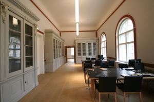 Bibliothek im Obergeschoss mit den originalgetreu restaurierten Vitrinen aus der Entstehungszeit des Gebäudes (links im Bild)<br />