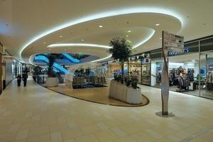 Im Auge der großen Ellipse erschließen Rolltreppen die Ebenen des Shoppingcenters. Auch hier sorgen Lochplatten für eine angenehme Akustik<br />