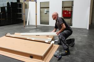 Die Holzzarge muss zunächst zusammengebaut werden