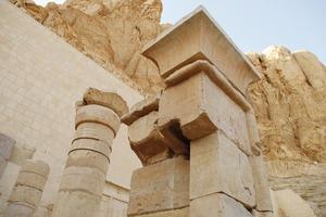 Unten rechts: Aus einzelnen Fragmenten wieder zusammengefügt entsteht Stein für Stein der altägyptische Terrassentempel erneut in seiner alten Pracht<br />