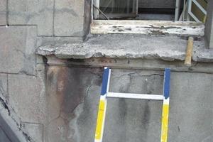 Die Fensterbänke hatten starke Schäden durch Rostsprengung erlitten und mussten, ebenso wie die Säulen, durch Abformung reproduziert und neu hergestellt werden<br />