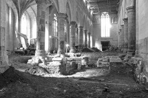 Bei den Umbauarbeiten im Kirchenschiff mussten die Rohbauer zunächst einen stabilen Untergrund herstellen, auf dem die Stahlbauer anschließend das Tragwerk für das begehbare Bücherregal aufstellen konnten