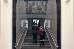 Aufgang vom Foyer. Links und rechts davon die Abstiege zum Alten Foyer und weiter hinab in die Gartenhallen<br />