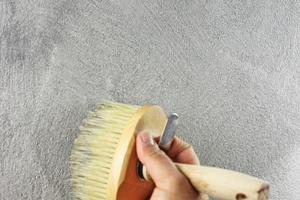Farbschicht mit Flächenstreicher oder Bürste auftragen