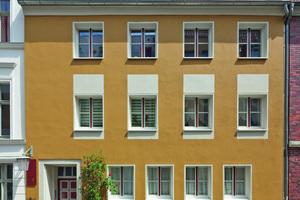 Links: Für die ideenreich entwickelte Fassadengestaltung eines Gebäudes in der Stralsunder Altstadt gab es den 1. Preis in der Kategorie Historische Gebäude und Stilfassaden Foto: Aloys Kiefer / Brillux