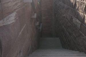 Der Treppenraum auf die Terrasse als enge, steinerne Schlucht inszeniert<br />