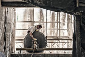 Stück für Stück arbeiten sich die Handwerker mit Sägen durch den 2 m dicken Stahlbeton der Außenwände<br />Fotos: Christine Dempf für Euroboden