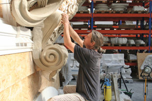 Andreas Klein bei der Arbeit an der Wappenkartusche für den Schlüterhof<br />