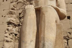Auch die steinernen Standbilder der Tempelanlage (hier Pharao Ramses III.) wurden, ebenso wie die Gebäudeteile, imprägniert, mit, niedrigviskosen Injektionsharz behandelt und mit Steinfestiger konsolidiert<br />