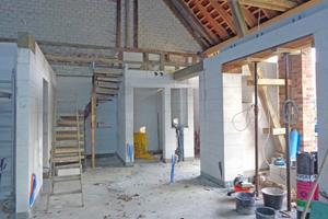 Rechts: Porenbetonwände mit Ringbalken im Erdgeschoss