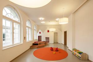 Neuer Gruppenraum im Erdgeschoss. Bei der Farbgebung und Auswahl der verarbeiteten Materialien legten die Architekten großen Wert auf warme, harmonische Farbtöne