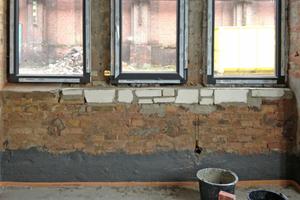 Da das Ziegelmauerwerk eine außenseitige Abdichtung nicht zuließ, führten die Handwerker eine innenseitige Abdichtung am Wandfuß mit weber.tec Superflex D2 aus
