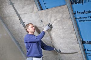 Die Verlegung von Kabeln ist zwischen Luftdichtheitsschicht und Untersparrendämmung möglich<br />Fotos: Knauf Insulation<br />