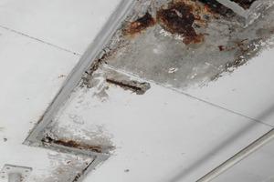 Vorsichtshalber abstützen: Die Tiefgarage war durch eingedrungene Chloride und allgemeine Abnutzung stark sanierungsbedürftig<br />