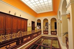 Im Atrium der Villa Witte trennt eine neue Glasdecke die Privatwohnung im Erdgeschoss von den Büroräumen<br />