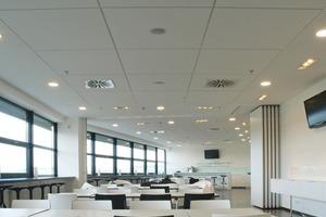 Im Gastronomie- und Eventbereich der Rhein-Neckar-Arena (links) und im Eingangsbereich der Haupttribüne neben dem Fanshop war eine großflächige Deckengestaltung gefragt<br /><br />