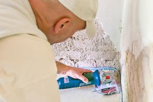Die Ecken und Kanten werden mit dem Handschleifgerät nachbearbeitet