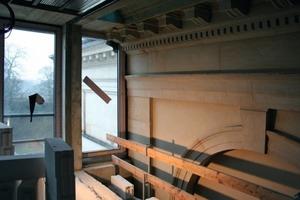 Hier noch im Bau: Die gläserne Fuge zwischen Alt- und Anbau im zweiten Obergeschoss, durch die Streiflicht auf die Altbaufassade fällt<br />Fotos (Baustelle): Thomas Wieckhorst<br />