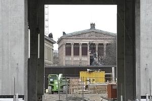 Im Schlüterhof, Blick durch Portal V auf die Alte Nationalgalerie der Museumsinsel<br />