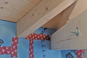 Die raumseitige Dampfbremse, die für dauerhafte Luftdichtheit sorgt, musste sorgsam an die U-Profile angeschlossen werden und umfasst auch den diagonalen Gratbalken<br />