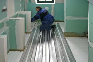 Auf der Trittschalldämmung wird die Fußbodenheizung verlegt …<br />