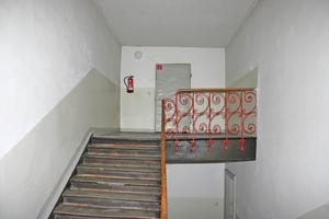 Rechts: Im Treppenhaus kam unter dem vorhandenen Anstrich...