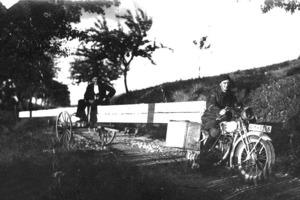 Das Foto zeigt Ludwig Jäger zusammen mit einem Helfer beim Transport von Langholz