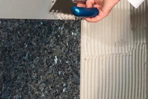 Eine zuverlässiger Sockelschutz kann auch mit extrem dünn geschliffenen Natursteinplatten auf einem Trägermaterial aus Leichtbeton erreicht werden<br />