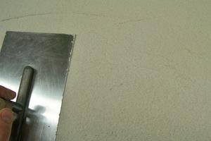 Baumit MultiContact 55 W mit einer Traufel gleichmäßig auftragen