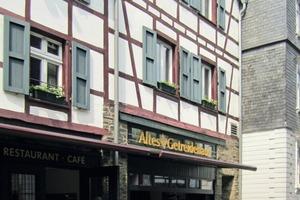 """Links: Außenansicht des sanierten Fachwerkgebäudes in der Monschauer Stadtstraße mit der Gastwirtschaft """"Altes Getreidehaus"""" im Erdgeschoss<br /><br />"""