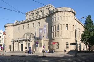Das von 1911 bis 1913 nach Plänen von Wilhelm Kreis in Halle an der Saale erbaute Landesmuseum für Vorgeschichte erinnert eher an die Porta Nigra in Trier als an einen Museumsbau
