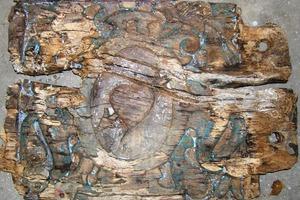 Dasselbe Füllholz nach abgeschlossener Entlackung und Reinigung: Erst jetzt sind die Schäden in vollem Ausmaß sichtbar<br />
