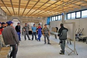 Bernd Schindler schult künftige Trockenbaumonteure beim Bau-ABC Rostrup<br />Fotos: Vogl Deckensysteme<br />