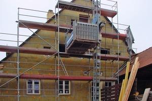 Montage eines WDV-Systems am Giebel eines Fachwerkhauses. Der Charakter des Gebäudes bleibt unter der Dämmung verborgen<br />