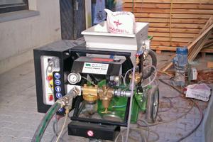 Spritz- und Fördertechnik: Taschenradmaschine zum Trockenspritzen und Durchlaufmischer zum Nass-Spritzen (rechts)
