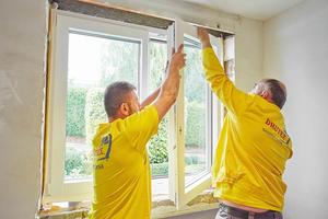 Links: Bauschaum einfüllen und Fensterflügel montieren