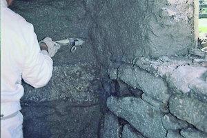 Gerade bei sehr unebenem Mauerwerk muss der Handwerker bei der Verarbeitung auf die Mindestschichtdicke achten