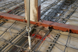 Um das bestehende Tragwerk bei der Betonage nicht zu überlasten, wurde die alte Decke temporär mittels eines patentierten Spannsystems in ihrer alten und damit mitunter auch leicht verformten Position gesichert