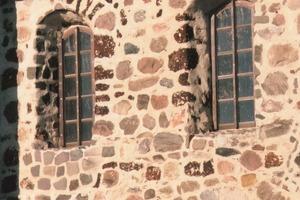 Feldsteinmauerwerk, mit Kalkmörtel vollflächig verfugt. Richtiger Fugenmörtel sollte stets weicher als der zu verfugende Stein sein<br />
