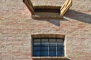 In die vorhandenen Fensteröffnungen setzten die Fensterbauer neue Stahlfenster ein und arbeiteten die ergänzten Stahlsprossenfenster auf<br />Foto: Thomas Wieckhorst<br />