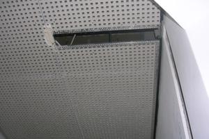 Detail der quer über Wand und Decke im Flur verlaufenden integrierten Leuchtkanäle<br />