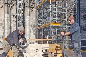 Insgesamt 2500 Steine werden in den nächsten 10 Jahren durch neue ersetzt, eine Plattform in 7 m Höhe dient als tragfähiges Zwischenlager