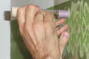 Die ausgeschnittenen Teile der zuvor positionierten Schablone werden mit dem Schablonierpinsel getupft Fotos: Rafael Raaber