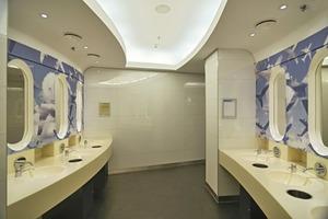 Die Deckenvoute folgt der Form des Raumes. Die Spiegel sollen, entsprechend der Gestaltungsidee, an Flugzeugfenster erinnern<br />